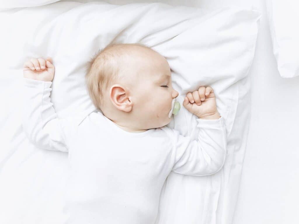 Beveiligd nederland rookmelder slapende baby